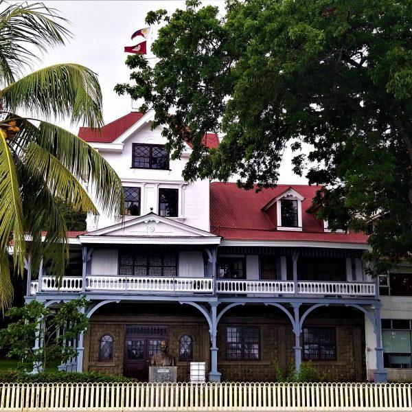 Historisches Haus Dumaguete City mit Denkmal