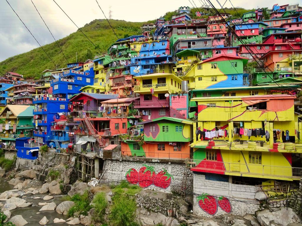bunte Häuser am hand in baguio The Colors of Stobosa