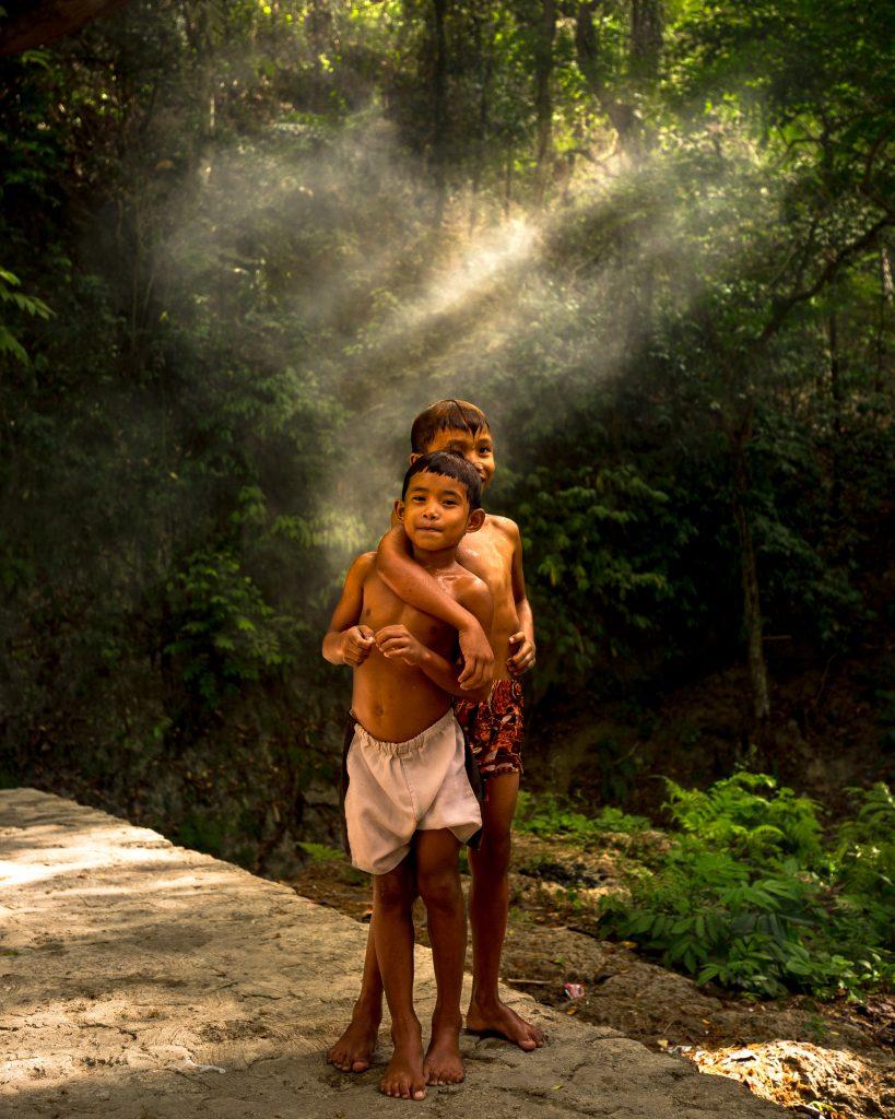 Kinder beim Kawasan Fall in Cebu -Philippine Department of Tourism ©Jacob Riglin