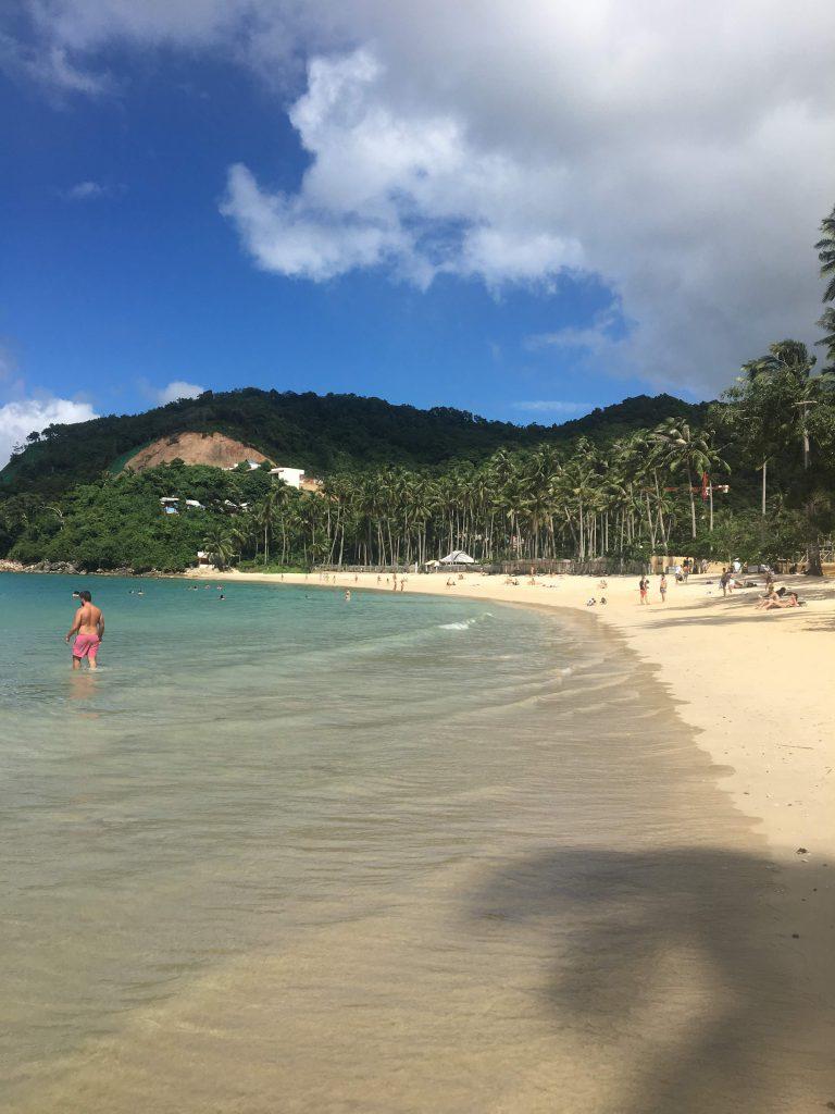 White Beach mit Palmen in Port Barton