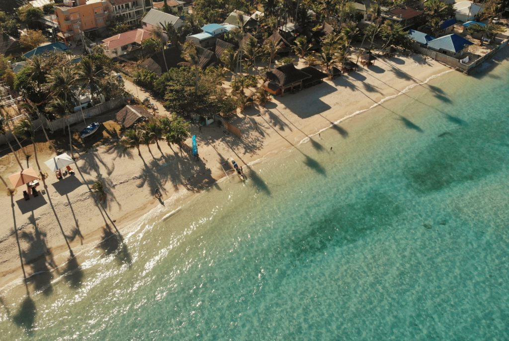 Strand Meer und Häuserreihe auf Malapascua Island