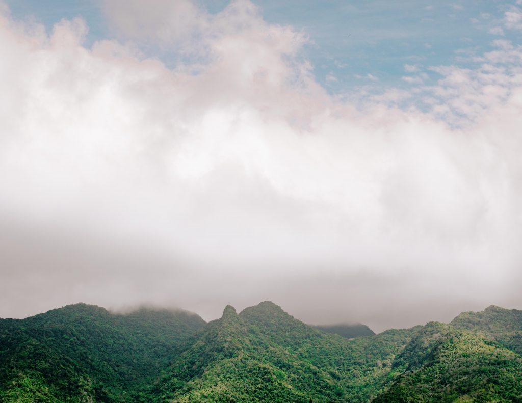grüne Berge umhüllt von Nebel beim wandern in luzon