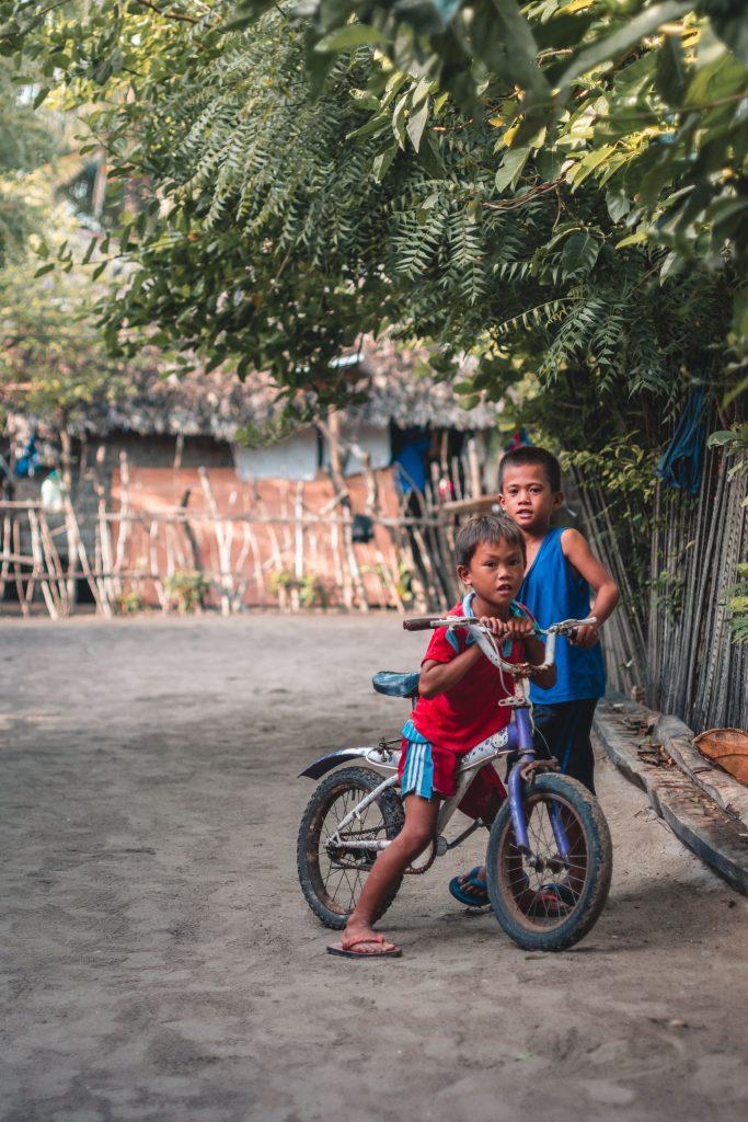 filipino kinder mit fahrrad