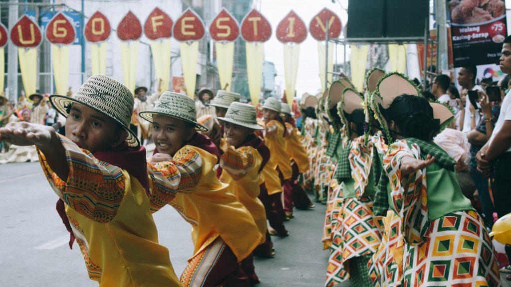 Kinder tanzen beim Sandugo Festival auf Bohol