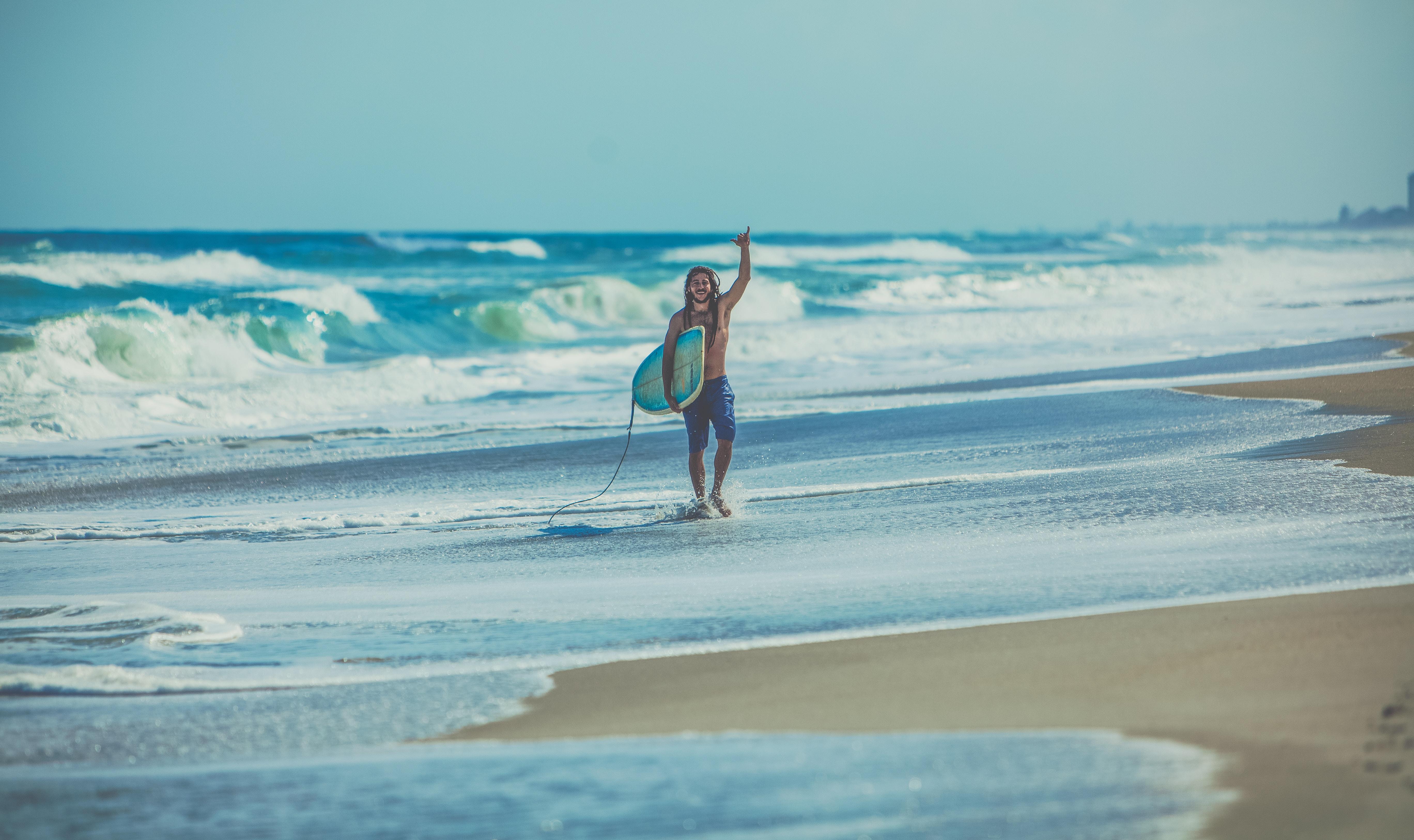 surfer am strand von baler hang loose zeichen
