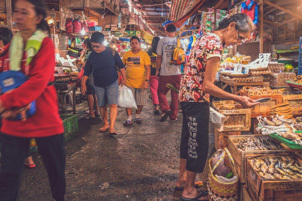 kleine straße auf markt in den philippinen
