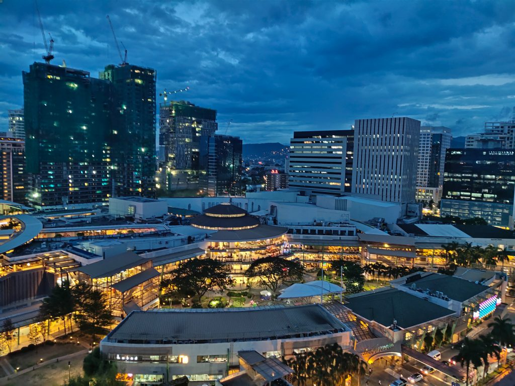 große shoppingmall im abend bei cebu-city