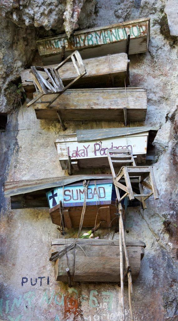 die hängenden särge von sagada im höhleneingang
