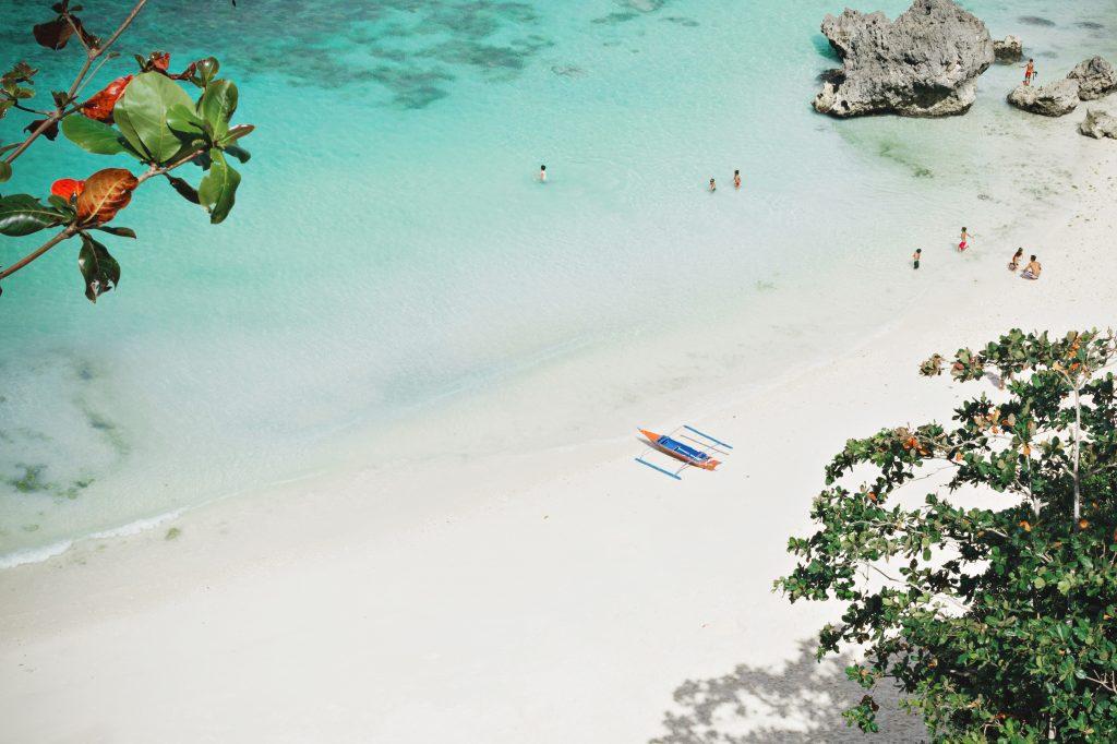 traumkulisse weißer sand mit hellem wasser bei boracay in den visayas