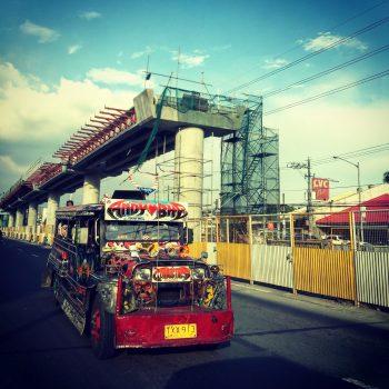 bunter jeepney auf den straßen der philippinen