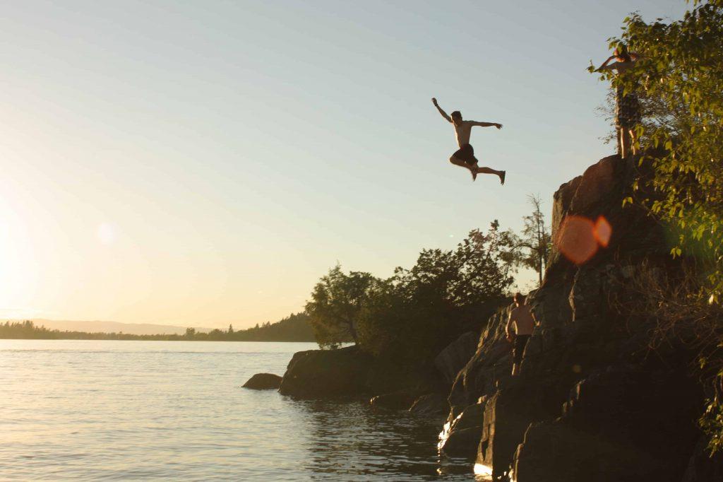 Spaß beim Klippenspringen ©josiah-gardner via Unsplash