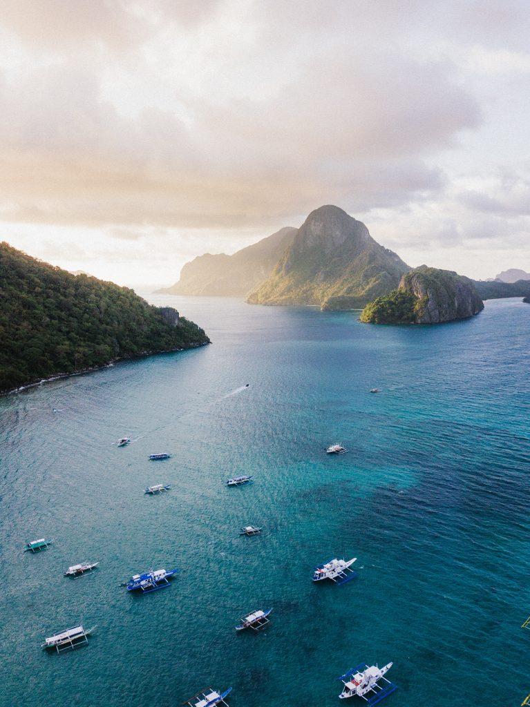 Boote im Bacuit Archipel in Palawan auf dem Weg zu Island-hopping Touren