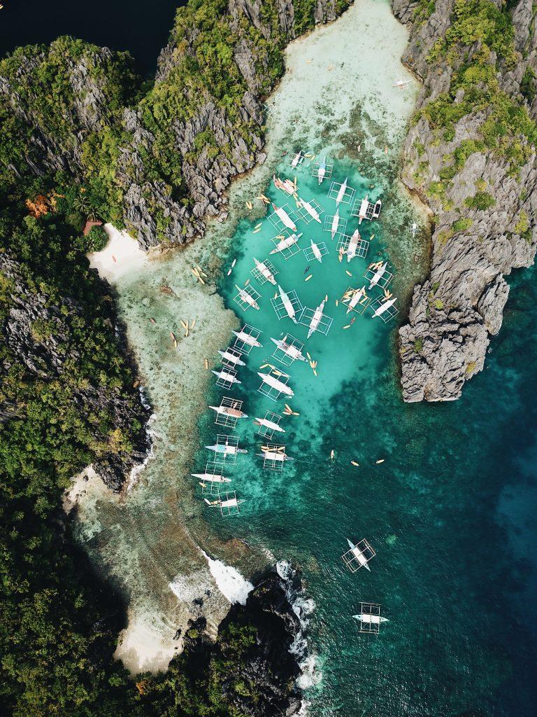 banca boote beim island hopping vor kleinen lagunen