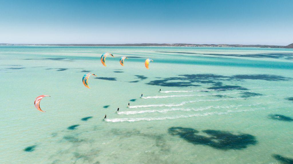 Kitesurfing am Strand von Bulabog Beach in Boracay