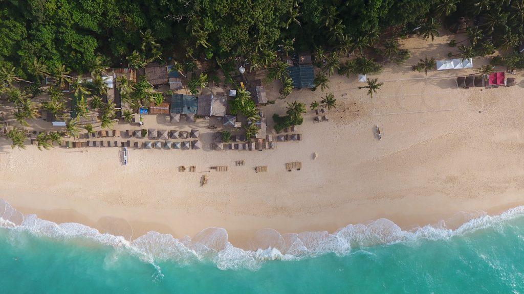 Luftaufnahme vom Puka Shell Beach auf Boracay