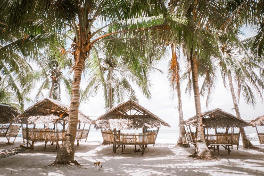 nipa hütten am strand auf den philippinen