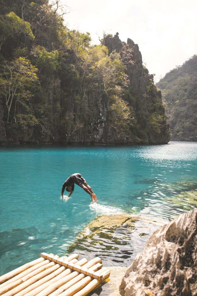 Sprung in den klaren See Kayangan Lake bei Coron - Philippine Department of Tourism- © Francisco Guerrero
