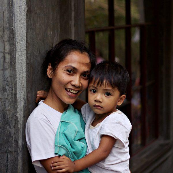 Einheimische Filipina mit ihrem Kind ©Joey-Pilgrim via Unsplash